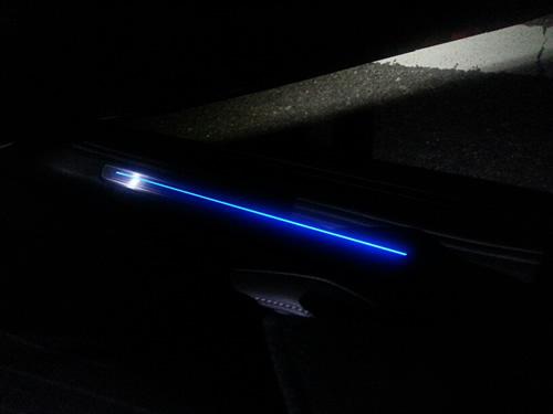 ドアを開けた時の足元のブルーのライト