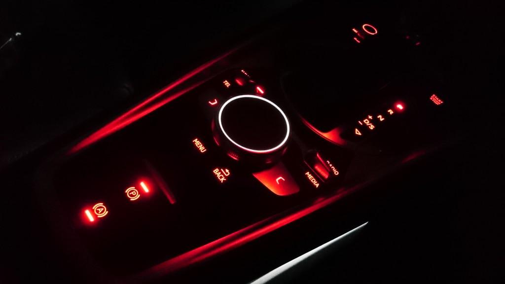 アウディTTS 夜の車内